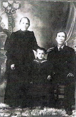 Heinrich and Sophie (née Reispeck) Giebelhaus with their grandson. Photograph courtesy of Karen Drier Esayian.