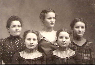 1901 photograph of twins Katy and Dora Schwabenland (front row) and their three friends.